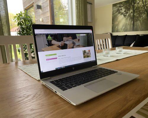 Laptop på köksbord