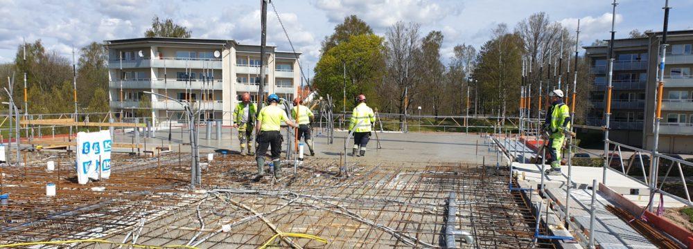 Byggarbetare på taket i kvarter Pionjären